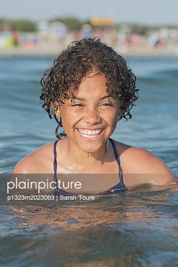 Girl in the sea - p1323m2023063 von Sarah Toure