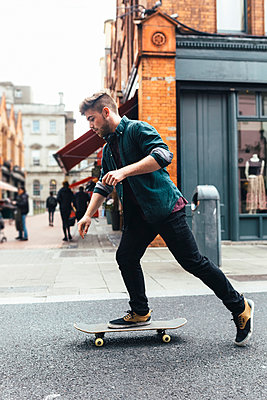 Ireland, Dublin, young skateboarder  on the street - p300m1189636 by Boy photography