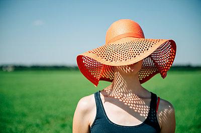 Frau mit Sonnenhut - p1196m1185173 von Biederbick & Rumpf