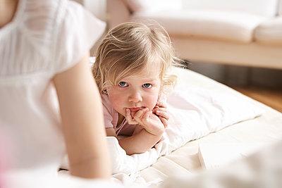 Mädchen liegt auf einem Bett - p1348m1496959 von HANDKE + NEU