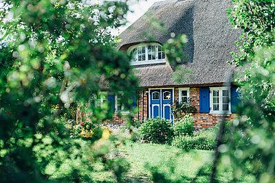 Germany, Ruegen, Middelhagen, Moenchgut, thatched-roof house - p300m2005493 von Jana Mänz