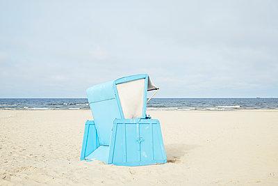 blauer Strandkorb - p464m1154320 von Elektrons 08