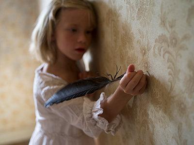 Mädchen mit Schreibfeder in der Hand - p945m1466054 von aurelia frey