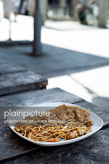 plainpicture - plainpicture p1423m1589104 - Pasta dish with chicken in ... - plainpicture/JUAN MOYANO