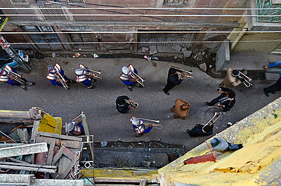Brass Band in Narrow City Alley From Above - p1072m941383 by Chinch Gryniewicz
