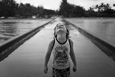 Kind im Regen - p1308m1136798 von felice douglas