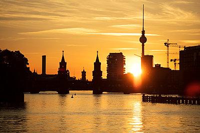 Berlin skyline at sunset - p226m1444520 by Sven Görlich