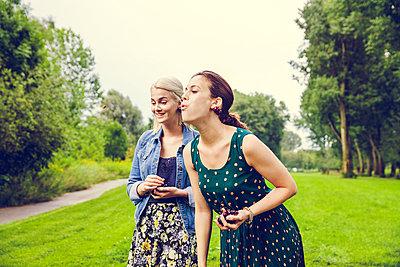 Freundinnen im Park - p904m932291 von Stefanie Päffgen