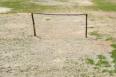 Fußballfeld in Nepal - p949m948544 von Frauke Schumann