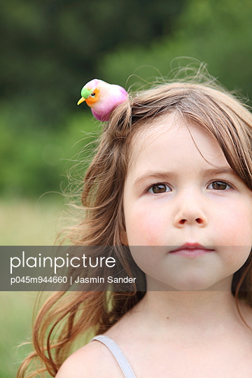 Bird on the head - p045m944660 by Jasmin Sander