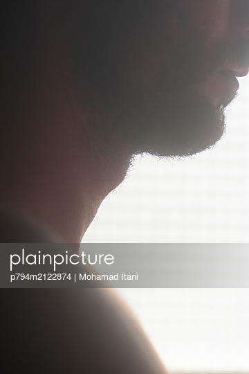 Close up of man's Adam's apple  - p794m2122874 by Mohamad Itani