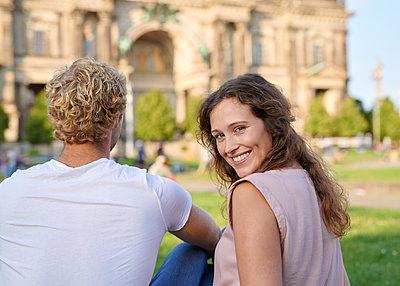 Junges Paar am Berliner Dom - p1124m1463330 von Willing-Holtz