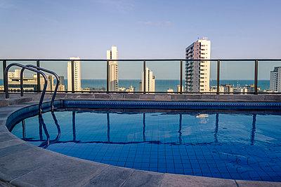 Pool auf Dach eines Wolkenkratzers - p1170m1111649 von Bjanka Kadic