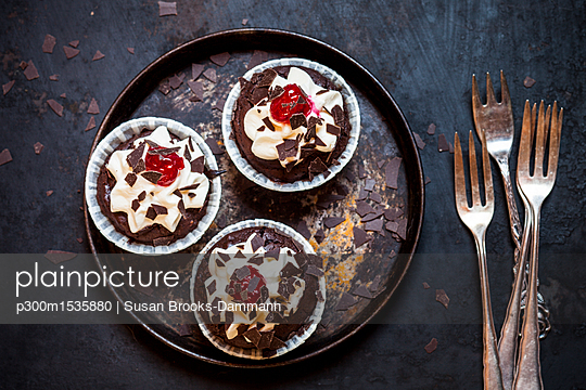 Black forest cherry muffins with cream topping and cherry - p300m1535880 by Susan Brooks-Dammann