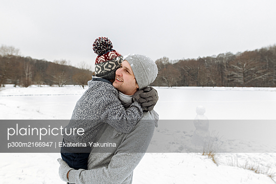 Happy father carrying this son in winter landscape - p300m2166947 by Ekaterina Yakunina