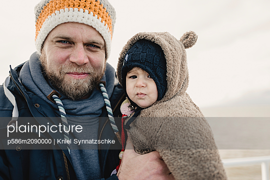 Father holds daughter in his arms - p586m2090000 by Kniel Synnatzschke
