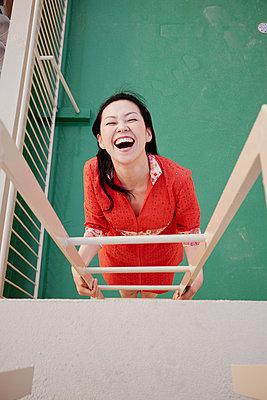 Japanerin auf einer Dachterrasse - p066m2164112 von Studio71