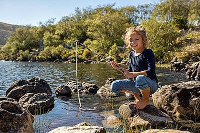 Mädchen am Seeufer - p1355m1574076 von Tomasrodriguez