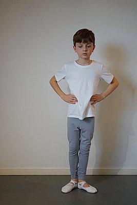 Kleiner Junge übt Ballett - p1610m2230529 von myriam tirler