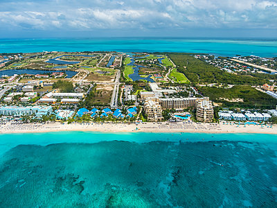Caribbean, Cayman Islands, George Town, Luxury resorts and Seven Mile Beach - p300m1417328 by Martin Moxter