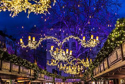 Weihnachtsmarkt - p401m1193684 von Frank Baquet