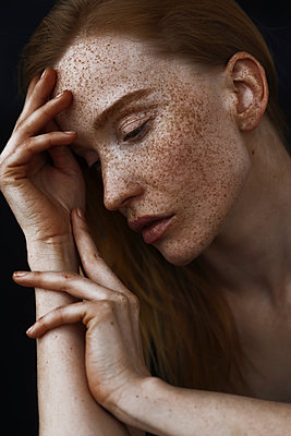 Close up of pensive Caucasian woman with freckles - p555m1521609 by Ivan Ozerov