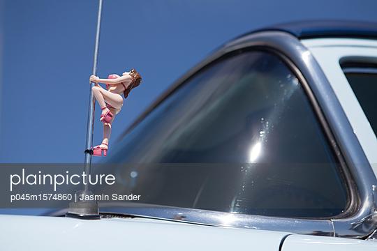 Poledance an einer Antenne - p045m1574860 von Jasmin Sander