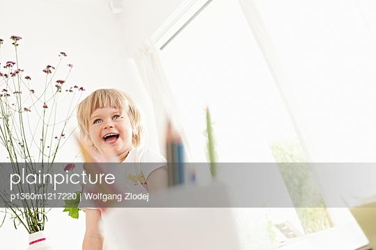 Kleines Mädchen zu Hause - p1360m1217220 von Wolfgang Zlodej