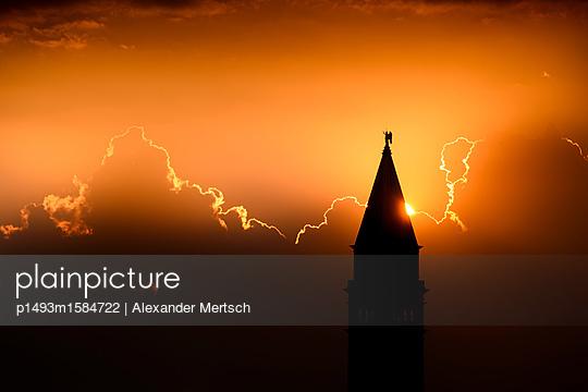 Sonnenuntergang hinter dem Campanile vom Markusplatz, Venedig - p1493m1584722 von Alexander Mertsch