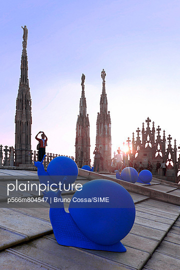 Blue plastic-made snails at sunset on the Cathedral's terrace to gather funds for restorations - p566m804547 by Bruno Cossa/SIME