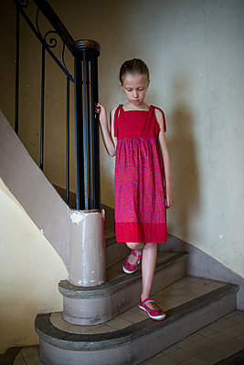 Little girl going down a staircase - p1631m2222411 by Raphaël Lorand