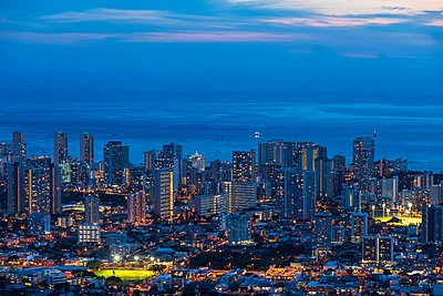 USA, Hawaii, Oahu, Pacific Ocean, Skyline of Honolulu, blue hour after sunset - p300m2079632 by Fotofeeling