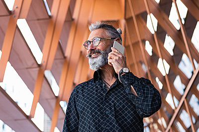 Barcelona, Spain. Senior businessman with long grey hair and glasses in the city. Business, hair style, mature, senior, young businessman, caucasian, entrepreneur, handsome, grey hair, bearded, 50-60 years, job, technology, computer, bar, connection, talk - p300m2276311 von NOVELLIMAGE