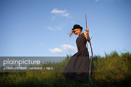 Mädchen mit langem Kleid auf Sommerwiese - p1348m1208088 von HANDKE + NEU