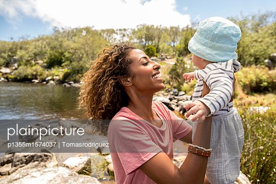 Porträt Babysitter und Baby - p1355m1574037 von Tomasrodriguez