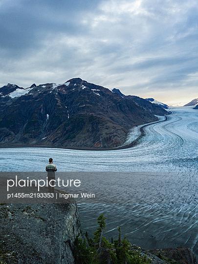 Mann am Salmon Glacier - p1455m2193353 von Ingmar Wein