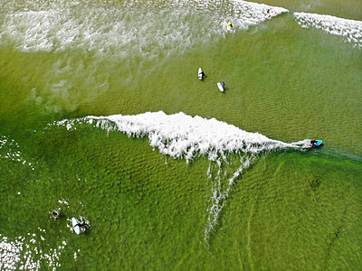 Aerial view of surfers in seaÊNausetÊBeach, Cape Cod, Maryland, USA - p343m2046812 by Steele Burrow