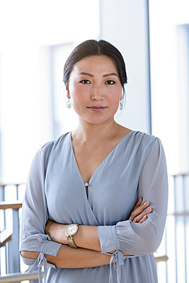 Portrait of businesswoman in office - p429m2091705 by suedhang photography