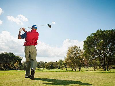 Black man playing golf - p555m1463668 by Erik Isakson