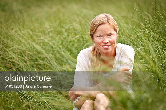 Im Gras sitzen - p1051268 von André Schuster