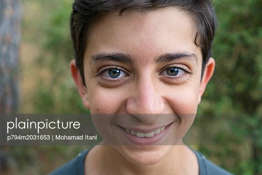 Glücklicher Junge blickt in die Kamera - p794m2031653 von Mohamad Itani