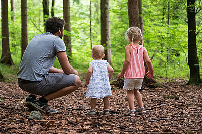 Papa mit seinen zwei Töchtern im Wald - p1142m2109489 von Runar Lind