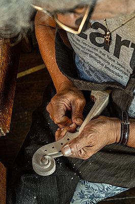 Violin maker luthier Carlos Roberts in his Cremona Italy - p1166m2201788 by Cavan Images