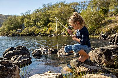 Mädchen am Seeufer - p1355m1574075 von Tomasrodriguez