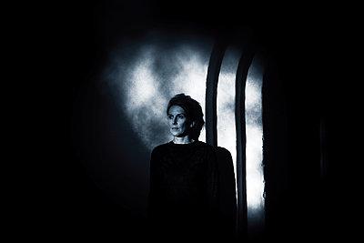 Woman in the dark - p945m2157553 by aurelia frey