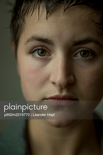 Portrait of young woman with brown eyes - p552m2219770 by Leander Hopf
