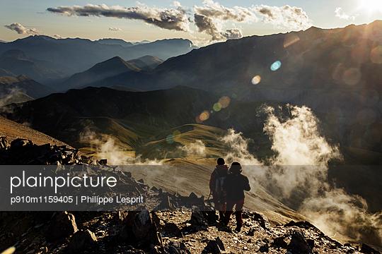 Plateau d'Emparis Wanderer genießen die Aussicht - p910m1159405 von Philippe Lesprit