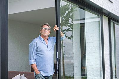 Älterer Mann am Fenster - p1156m1585856 von miep