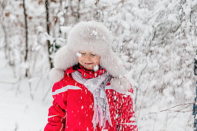 Portrait of a girl standing in a wintry forest - p300m2276072 by Oxana Guryanova