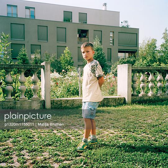 Junge vor seinem Zuhause - p1320m1155011 von Matija Brumen